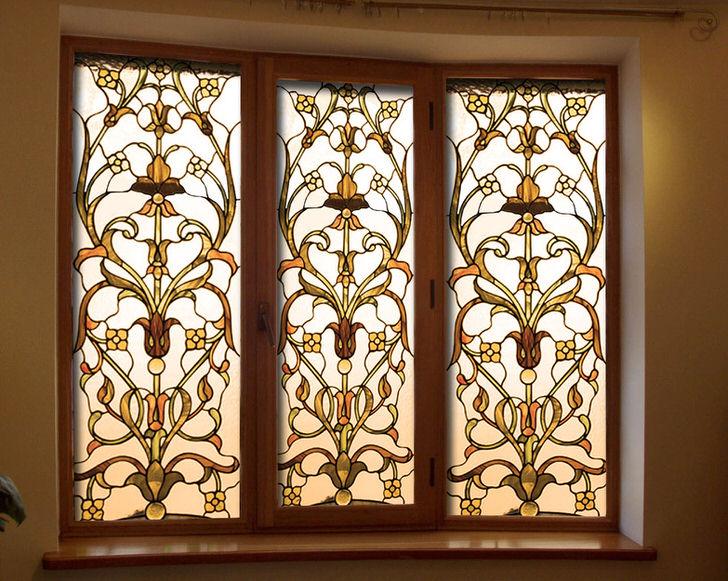 Витражная пленка с золотым узором - стильное украшение для интерьеров загородных коттеджей.