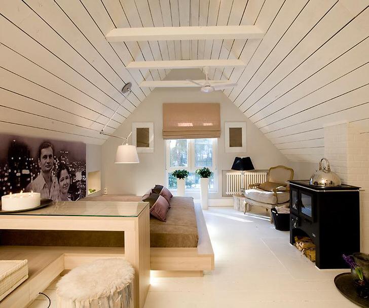 Мансарда оформлена в стиле минимализм с нотками шале. Веяние деревенского стиля делает спальню особенной и запоминающейся.