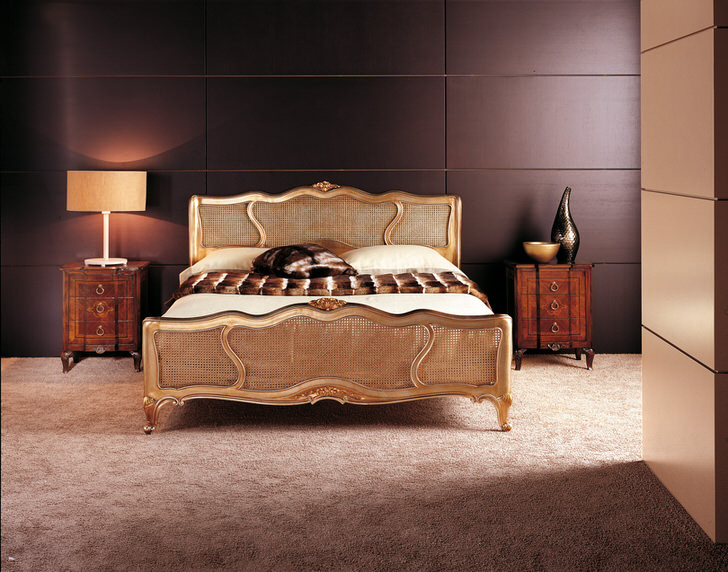 Лаконичный дизайн спальни с английском стиле с нотками минимализма - отличное решение для обустройства интерьера малогабаритной квартиры.