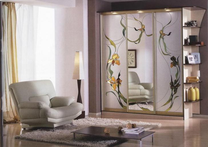 С помощью витражной пленки можно украшать не только окна, но и зеркала. Например, шкаф-купе с голыми зеркалами с использованием пленки становится необычным и эксклюзивным.