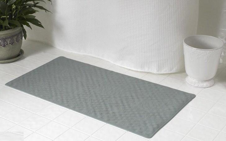 Резиновый коврик для ванной можно назвать наиболее практичным вариантом.
