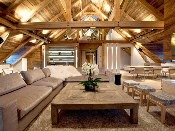 Комната для гостий на мансардном этаже оформлена в стиле шале. Потолок и стены из деревянного сруба отлично вписываются в общую дизайнерскую задумку.