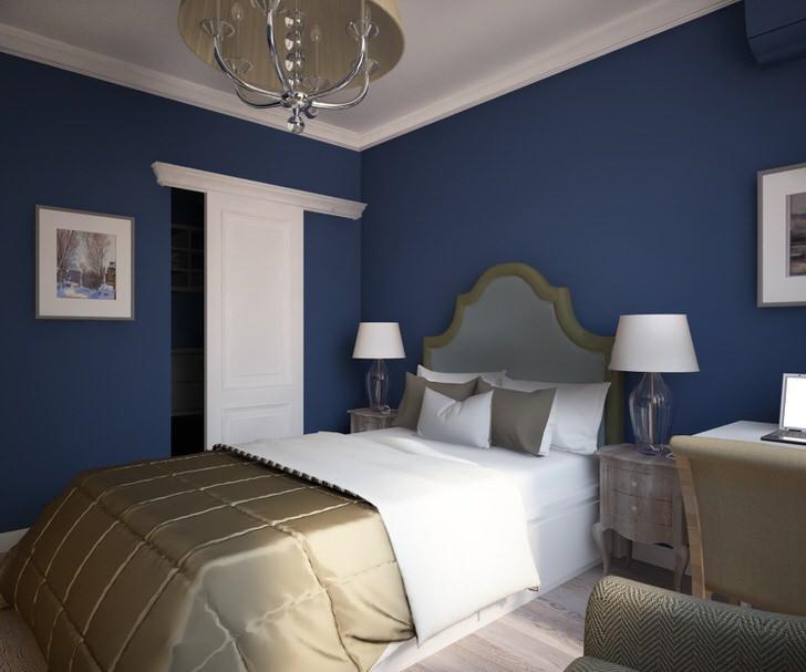 Изящный интерьер спальни в английском стиле. Интересно подобрана цветовая гамма. Горчичный цвет гармонирует с синим, делая обстановку уютной и комфортной.