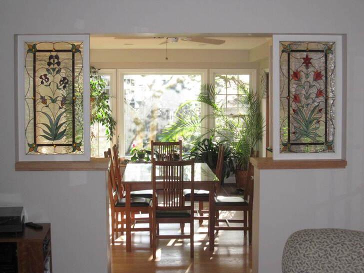 Декоративные перегородки между комнатами также могут быть декорированы витражной пленкой.