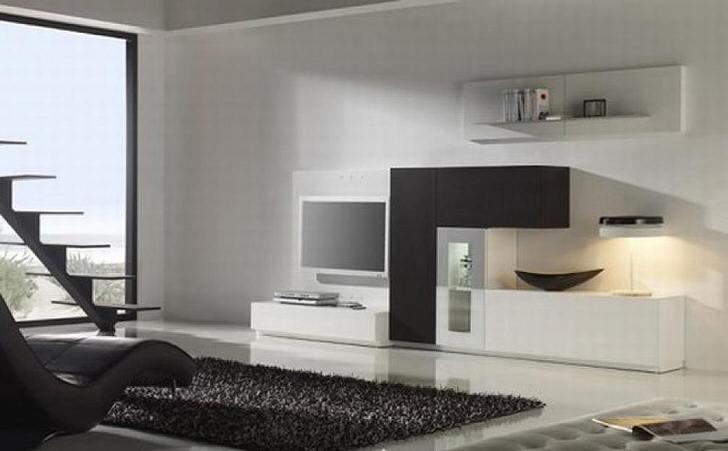 Гостиная в стиле минимализм украшена темным ковром с высоким ворсом. Неброское оформление смотрится стильно и привлекательно.