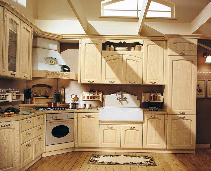 Кухонный гарнитур из светлого дерева создан специально для кухни в стиле шале.