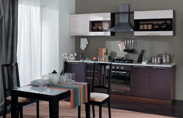 Лаконичный, сдержанный стиль кухни подчеркивает правильно подобранный модульный гарнитур цвета венге.