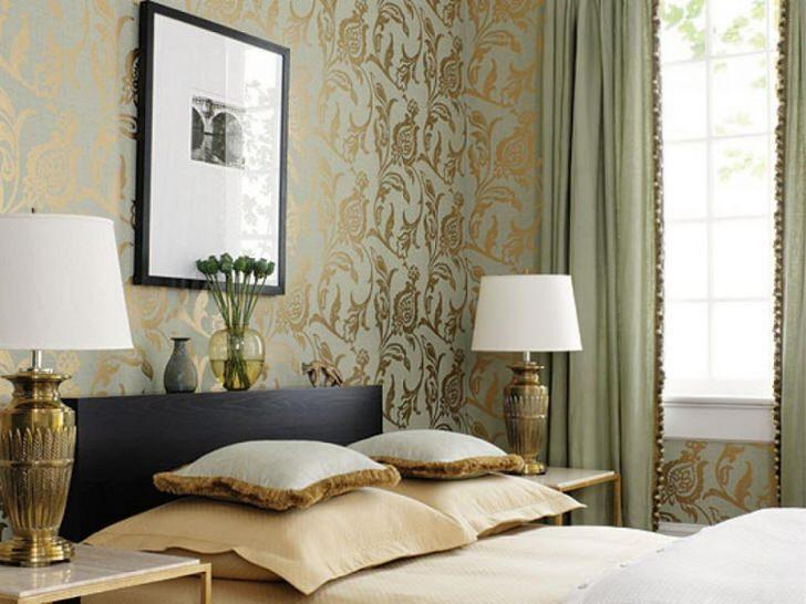Английский стиль в оформлении интерьеров часто проявляет себя использованием золотых акцентов. Например, золотой узор обоев гармонично перекликается с декоративными прикроватными светильниками.