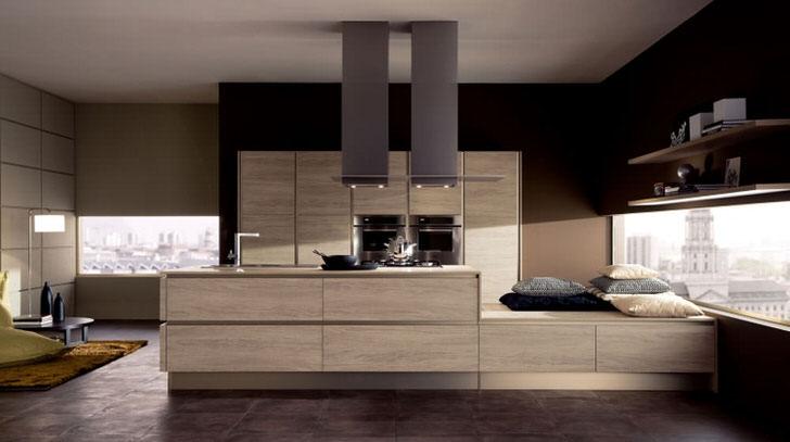 Кухня в стиле модерн в городской квартире декорирована крупными подушками разных цветов. Сдержанный стиль - показатель отличного вкуса владельца жилья.