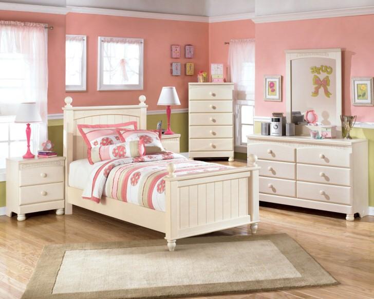 Мебель из светлого дерева визуально сделает комнату более светлой, что достаточно важно, если речь идет об интерьере детской комнаты.