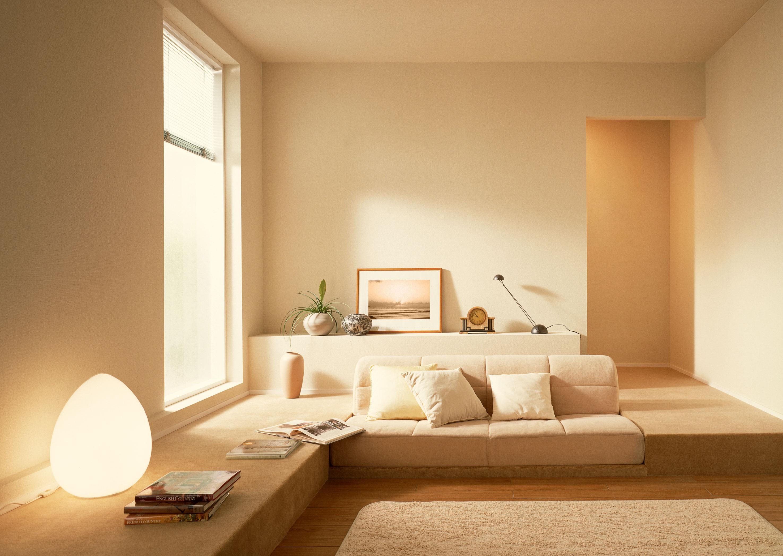 В соответствии со стилем минимализм для организации интерьера гостиной использовался спокойный бежевый оттенок.