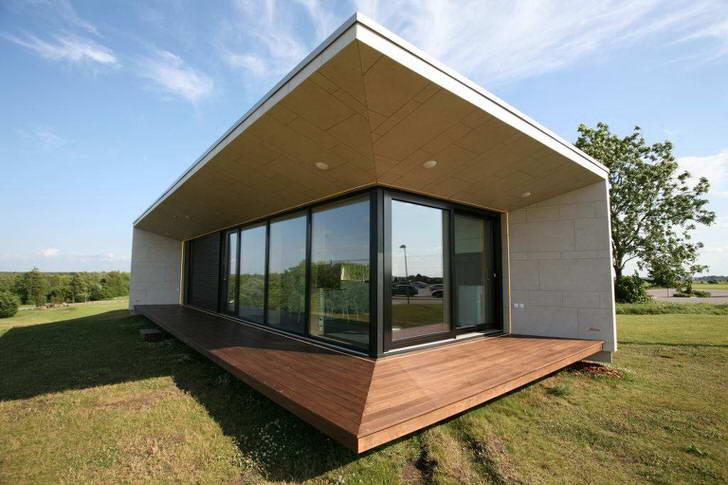 Модульные дома часто имеют простую, незамысловатую конструкцию. Их дизайн смотрится стильно, а правильное оформление двора только подчеркнет изысканность конструкции.