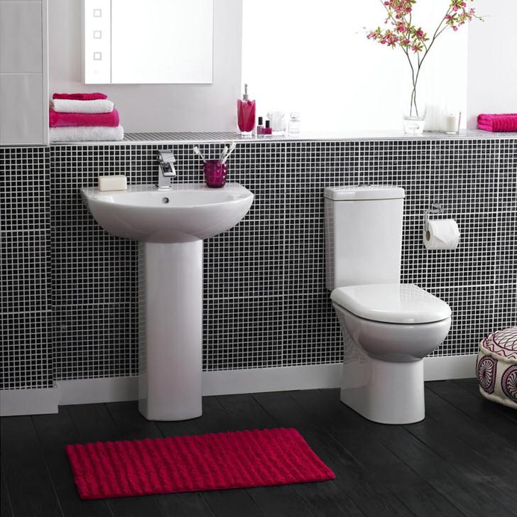 Коврик для ванной из натурального ворса смотрится привлекательно и подходит для создания различных стилистических концепций.