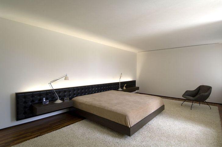 Кровать с удлиненным мягким изголовьем отлично вписывается в дизайнерский проект.