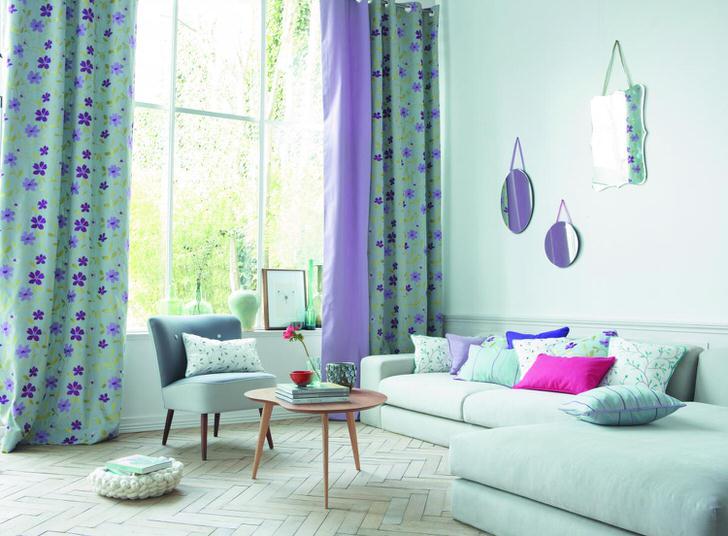 Нежно-голубой цвет придает дизайну интерьера гостиной своеобразную легкость и незамысловатость.