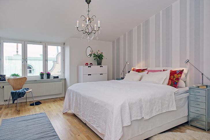 Наиболее примечательной деталью интерьера становится высокая, мягкая кровать. Выбор людей, которые прежде всего ценят комфорт.
