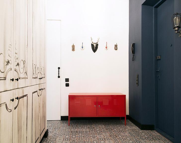 Для прихожей в стиле лофт необходимо подбирать незамысловатую, лаконичную мебель. Цветовые сочетания могут быть самыми необычными. Отлично для оформления подходят белый, красный, синий и прочие контрастные цвета.