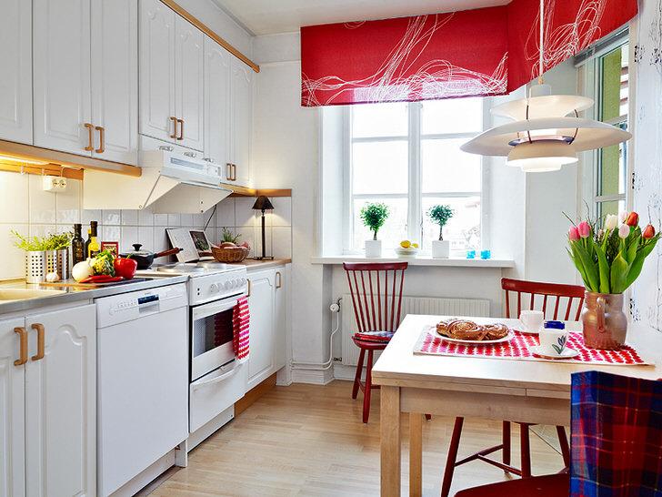 Белый цвет в сочетании с благородным красным зрительно увеличивает кухню. Яркие, насыщенные акценты делают помещение стильным и креативным.