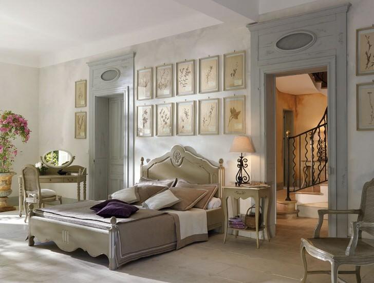 В соответствии с традициями французского стиля для спальни была подобрана лаконичная светлая мебель из дерева. Интересной деталью становится коллаж из картин над изголовьем кровати.