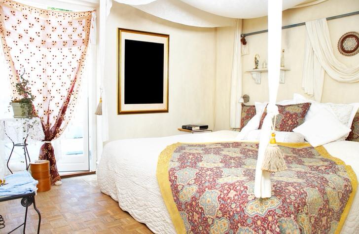 Креативный дизайнерский концепт для спальни в скандинавском стиле. Легкая прозрачная занавеска с узором цвета вишни сочетается с пледом и подушками на кровати.