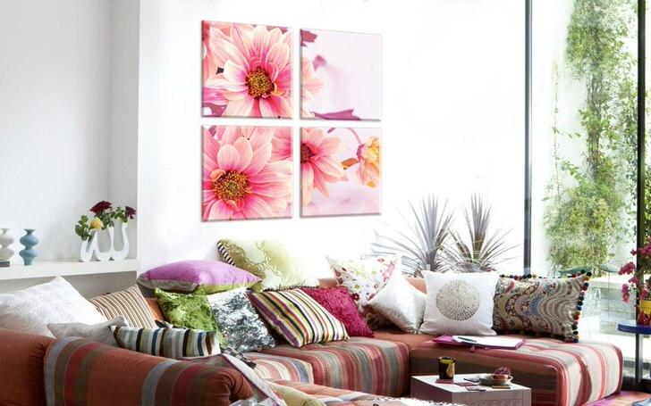 Все чаще владельцы жилищ выбирают для оформления интерьеров картины с цветочным принтом. Нежно-розовые лепестки делают атмосферу в комнате романтической и легкой.