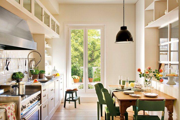 Малогабаритная кухня в скандинавском стиле в загородном доме московского предпринимателя. Удачное решение для организации кухонного пространства.