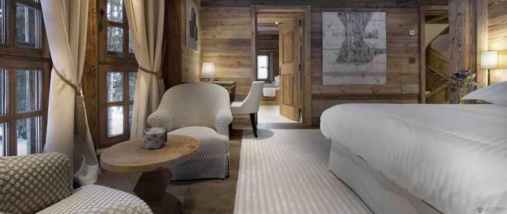 В спальне в стиле альпийский шале кровать, которая напоминает воздушную перину.