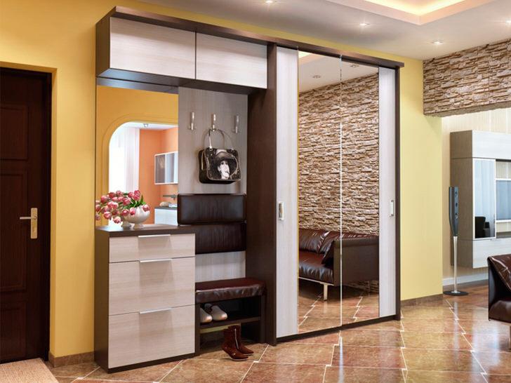 Зеркальные дверцы в модульной прихожей - функциональное, стильное решение.