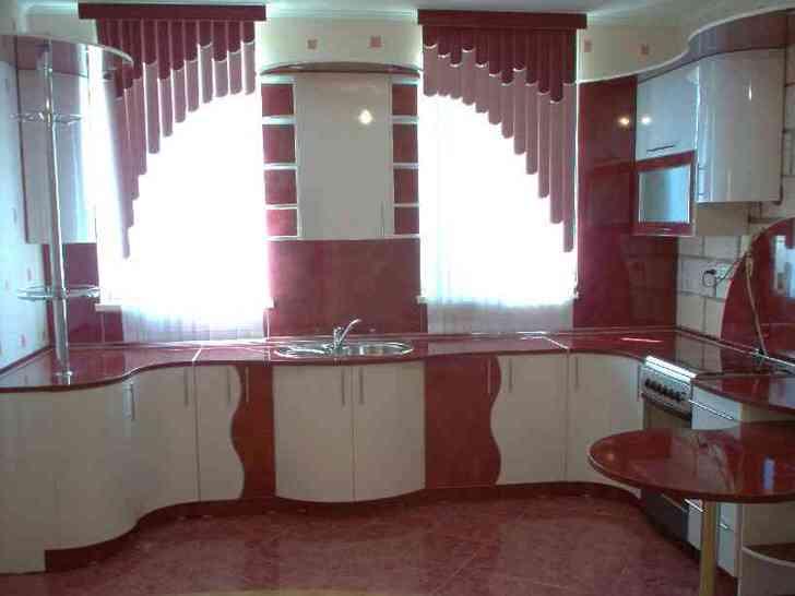 Необычным решение считается расстановка кухонной мебели по линии стены с окнами. Однако именно оно является эффективным для кухни 9 кв м.