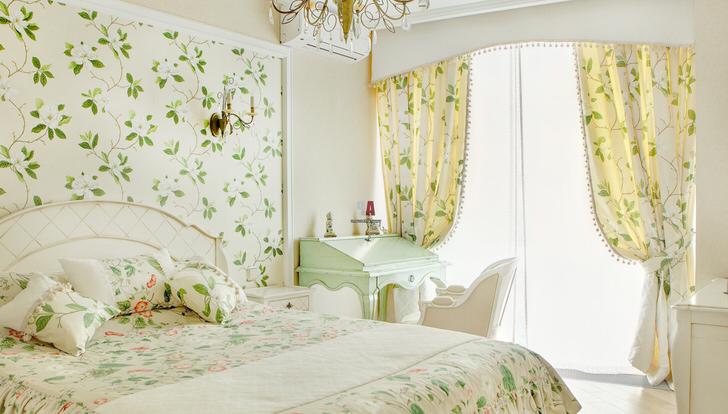 Цветочные мотивы, использованные для отделки стен в девичьей комнате, прослеживаются также на шторах и постельном белье.