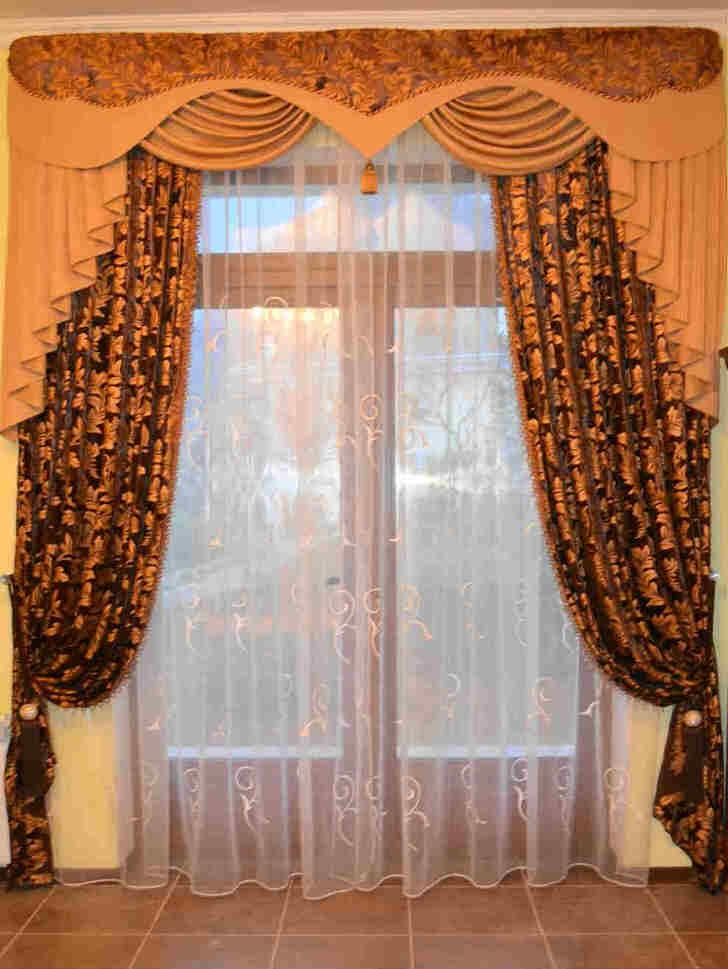 Жесткие ламбрекены станут отличным украшением гостиной в стиле модерн или деревенский кантри.