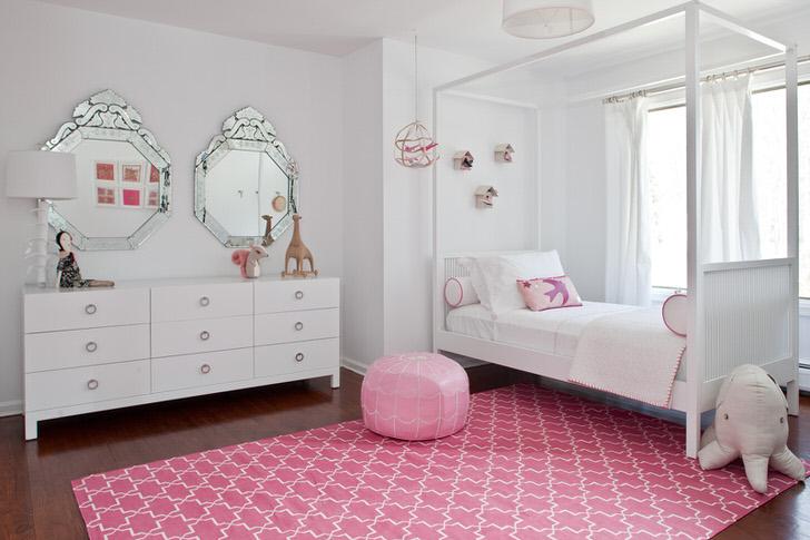 Классическое бело-розовое оформление комнаты маленькой модницы.