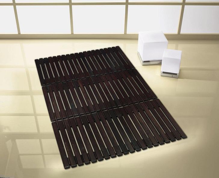 Коврик для ванной из бамбука является одним из привлекательных новшеств в дизайне санузла.