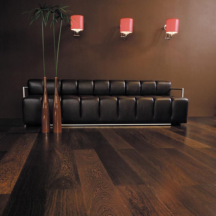 Ламинат цвета венге в гостиной отлично сочетается с мягкой мебелью с шоколадной обивкой. Гостевая комната в темных тонах, несмотря на простоту и лаконичность оформления, - один из наиболее роскошных вариантов дизайна.