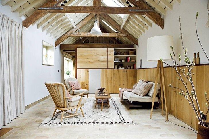 О присутствии скандинавского стиля свидетельствует использование преимущественно натуральных материалов для оформления интерьера. Деревянная мебель, натуральные ткани обивки, небольшая ковровая дорожка вместе составляют целостную картину интерьера в скандинавском стиле.