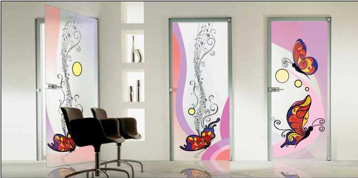 Витражная пленка с изображением бабочек для легкого, ненавязчивого дизайна.