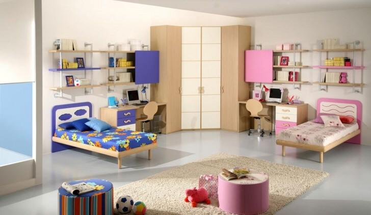 Детская комната оформлена в синем и розовом цветах. Идеальный вариант дизайна комнаты для девочки и мальчика.