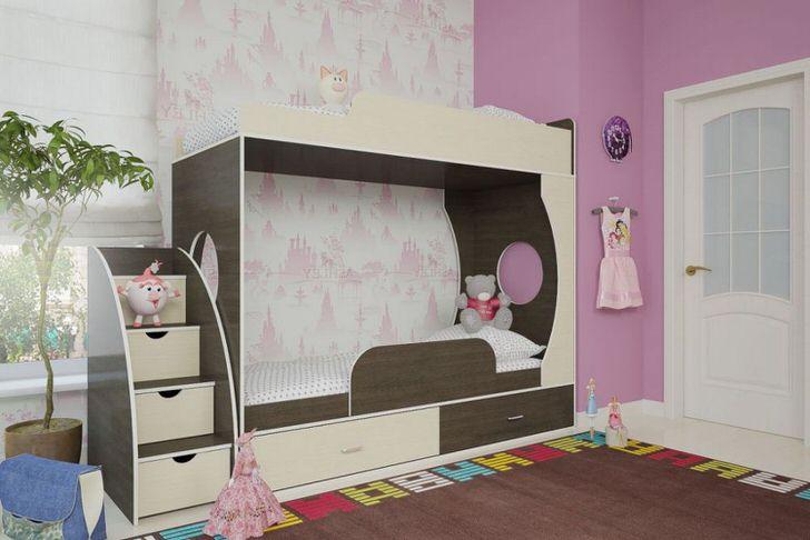 Детская комната юной леди оформлена с помощью мебели цвета венге.