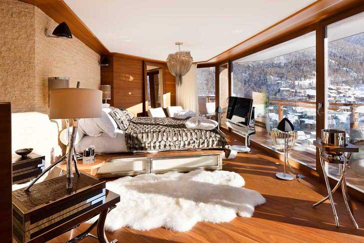 Комната для гостей в стиле шале декорирована различными декоративными деталями. Одним из наиболее интересных элементов можно назвать ковер, имитирующий шкуру животного.