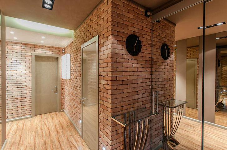 Оформление прихожей в стиле лофт примечательно черновой отделкой стен. Кирпичная кладка гармонично сочетается с зеркальными дверцами шкафа-купе.