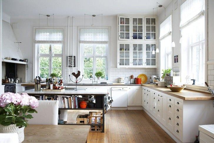 Просторная кухня в скандинавском стиле должна быть максимально освещена. Приоритет отдается дневному освещению, поэтому кухня оснащена большими окнами с деревянными рамами.