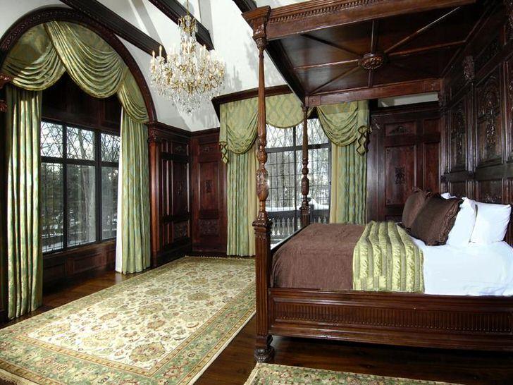 Королевская спальня в английском стиле украшена ламбрекенами из натуральной, тяжелой ткани.