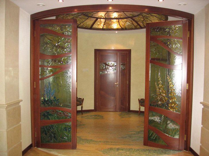 Витражный потолок гармонирует с оформлением дверей со стеклянными вставками.