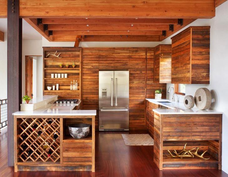 Современная кухня в стиле шале примечательна лаконичным, сдержанным оформлением. Гарнитур из дерева без лишней фурнитуры смотрится стильно и эффектно.