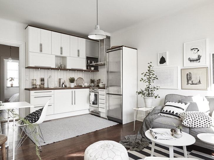 Стильный интерьер в серо-белых тонах оформлен в скандинавском стиле. Примечательной особенностью является использование декоративных элементов из трикотажа.