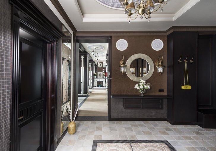 Прихожая в стиле модерн оформлена в цвете венге. Массивная потолочная люстра - нестандартное, но достаточно удачное решение для оформления коридора.