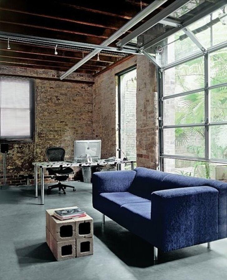 Стиль лофт примечателен использованием металлических элементов в интерьере. Интересной особенностью гостиной является журнальный столик, сделанный из бетонных, пустотелых блоков.