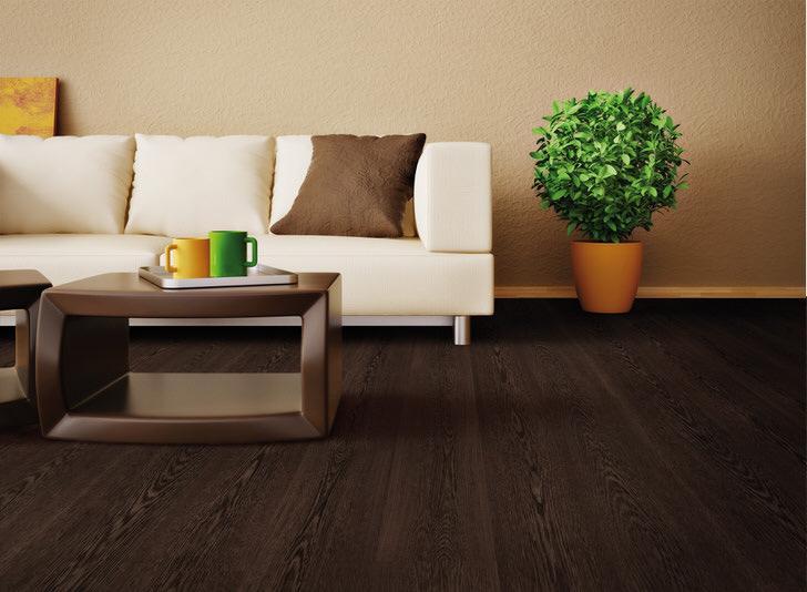 Для оформления гостиной был использован ламинат цвета венге. Благородный, роскошный оттенок коричневого выгодно сочетается с цветом сочной зелени.
