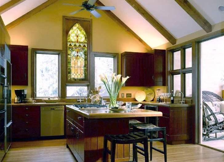 Витраж на кухне в стиле кантри становится защитой от лишнего солнечного света.