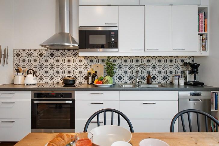 Белый кухонный гарнитур с минимум фурнитуры выбран специально для небольшой кухни. Мебель не только привлекательно выглядит, но и является практичной и функциональной.